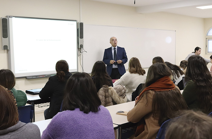 Paco Bocero imparte una sesión sobre comunicación a alumnas de Zalima