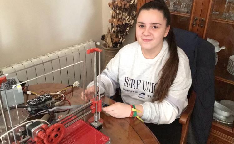 Una alumna de Bachillerato arregla una impresora 3D y diseña viseras para los sanitarios